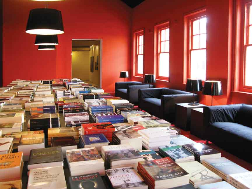 Alfredo Jaar, Marx Lounge, 2010, site-specific installation with 1500 books all related to Marxist theory. Courtesy of the artist.