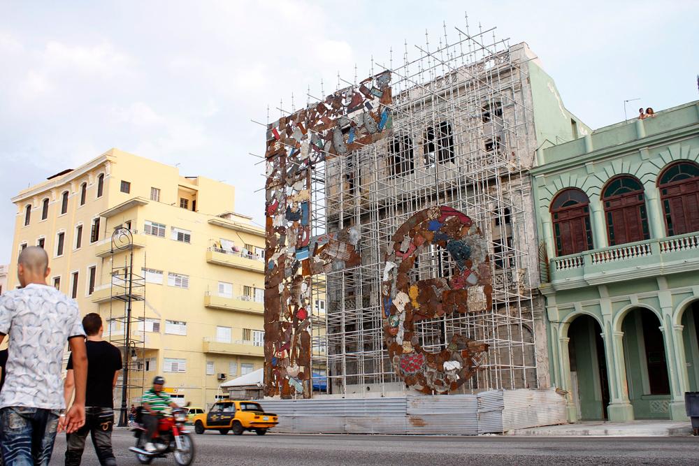 Adonis Flores, Fe (Faith), 2012, scrap metal installation.