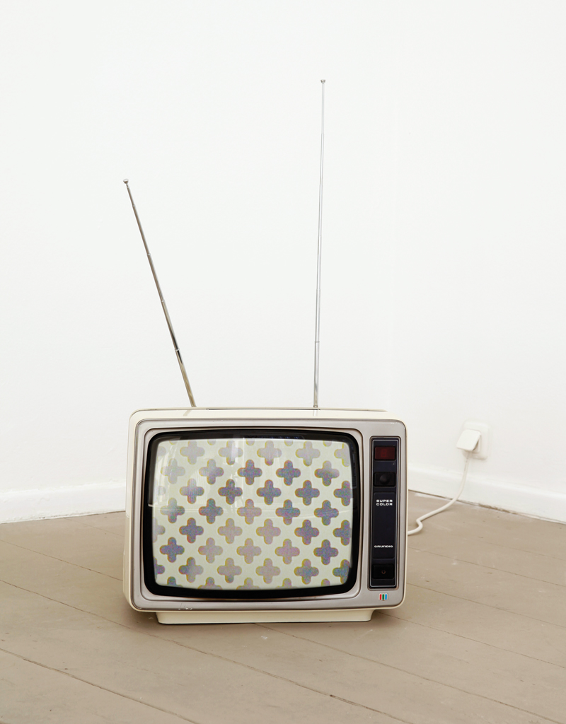 Annabel Daou, Which Side Are You On?, 2012, SD video, colour, sound, TV: Grundig Super Color 1631, 1 of two versions, 3:06 min. © the artist. Courtesy of Galerie Tanja Wagner, Berlin