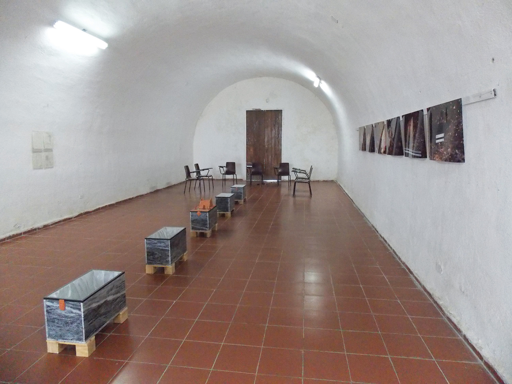 Henry Eric Hernández, Con la historia no se juega, 2002-2015, environment, photos printed on Cibachrome, archeological drawings, books, video, marble urns, crystal, satin, bones of African slaves.